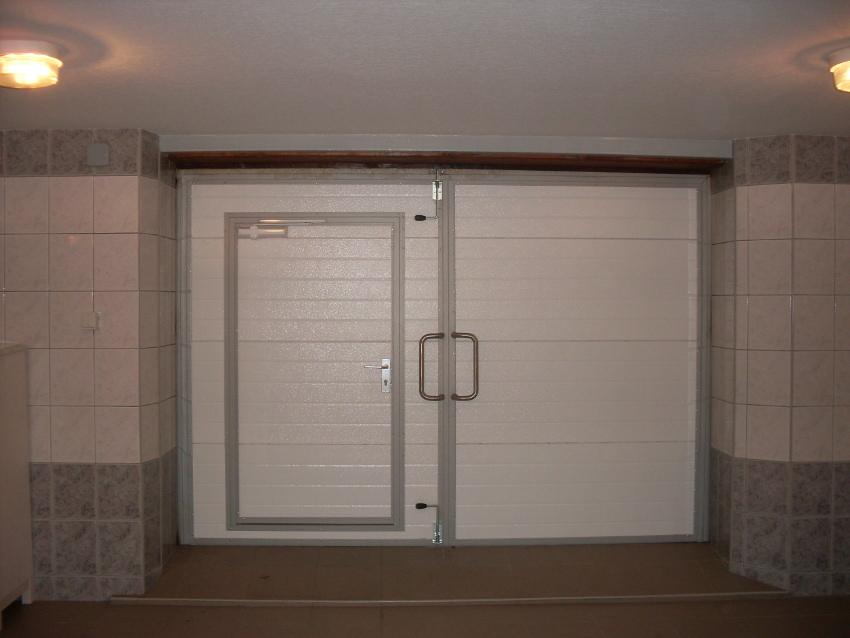 Распашные гаражные ворота - вид изнутри