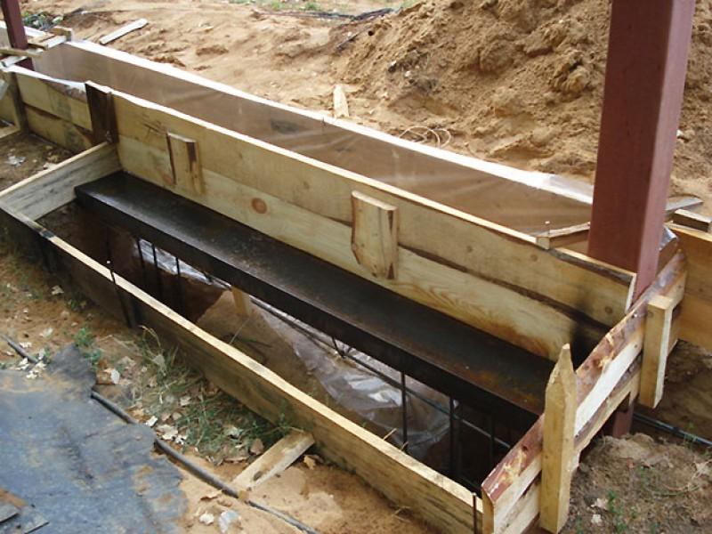 Заливка ленточного фундамента под распашные ворота
