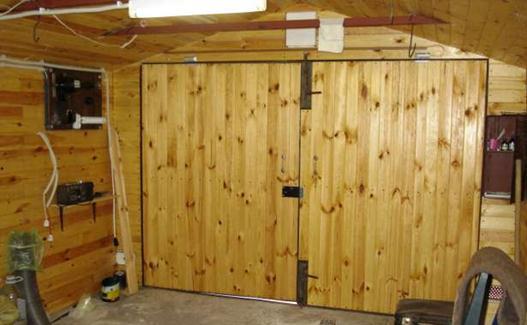 Деревянные ворота для гаража - вид изнутри