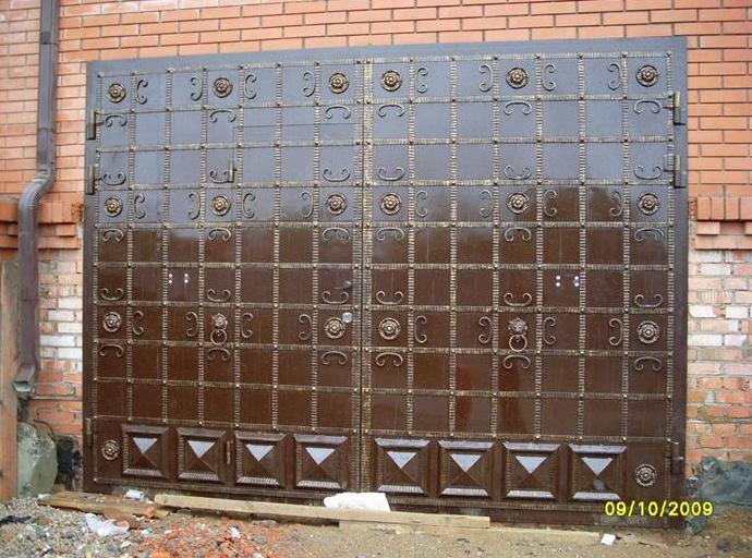 Распашные гаражные ворота с элементами ковки