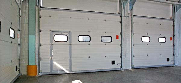 Секционные ворота с калиткой - вид изнутри