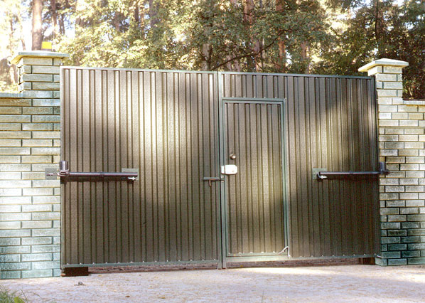 Распашные металлически ворота с калиткой - вид изнутри
