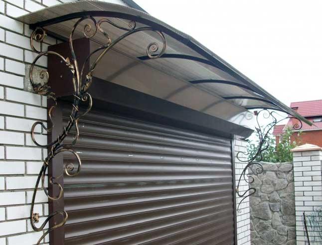 Козырек над гаражными воротами из поликарбоната