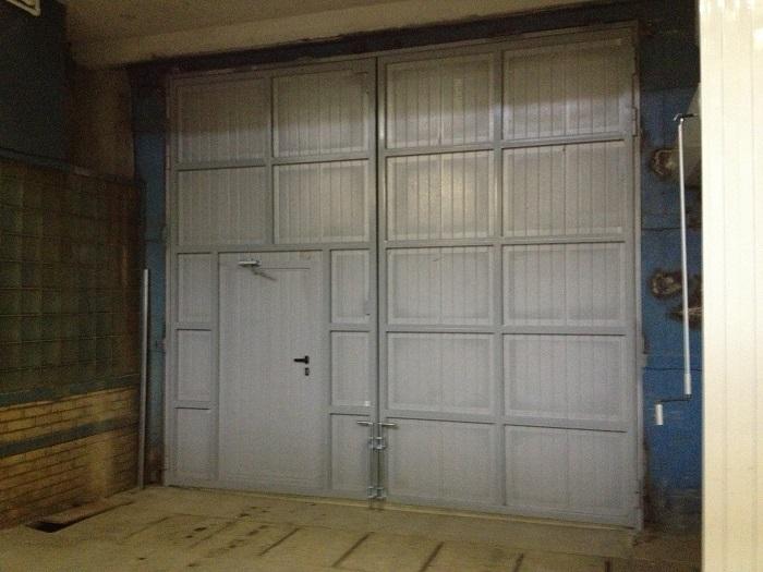 Распашные ворота промышленные - вид изнутри
