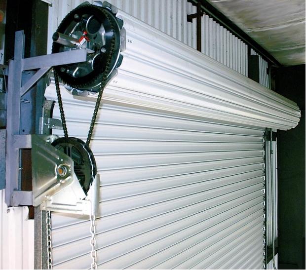 Рулонные автоматические ворота внутри помещения