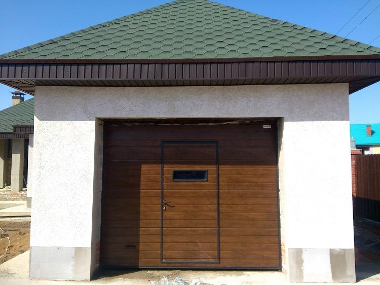 Гаражные секционные ворота с калиткой