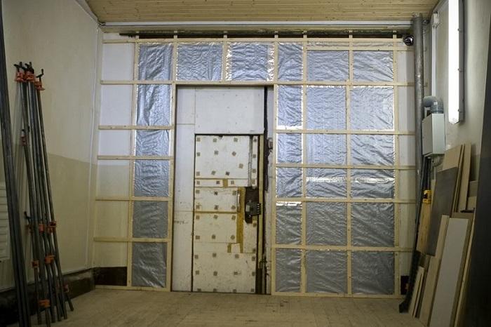 Уплотнение промежутка между гаражными воротами и порогом