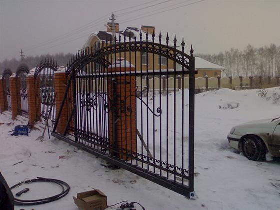 Монтаж кованых откатных ворот