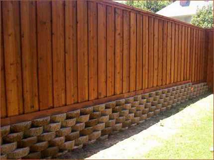 Внешний вид деревянного забора для дачи