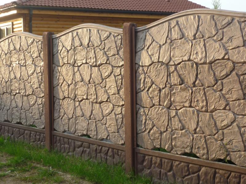Секционный бетонный забор с имитацией природного материала