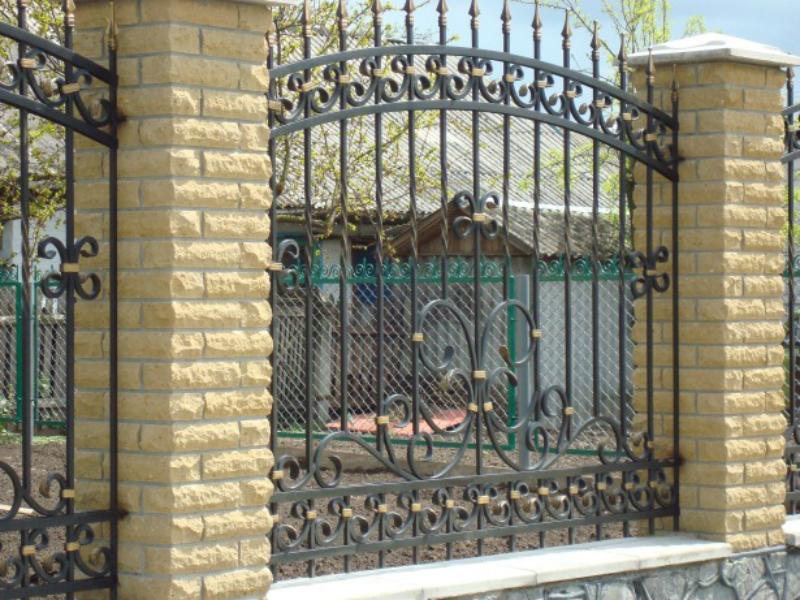 Кованый забор из граненых прутьев