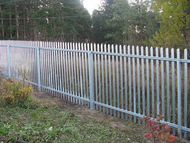 Забор из штакетника на металлических опорных столбах
