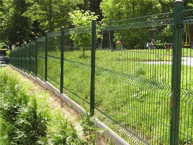 Секционный забор из металлической сетки