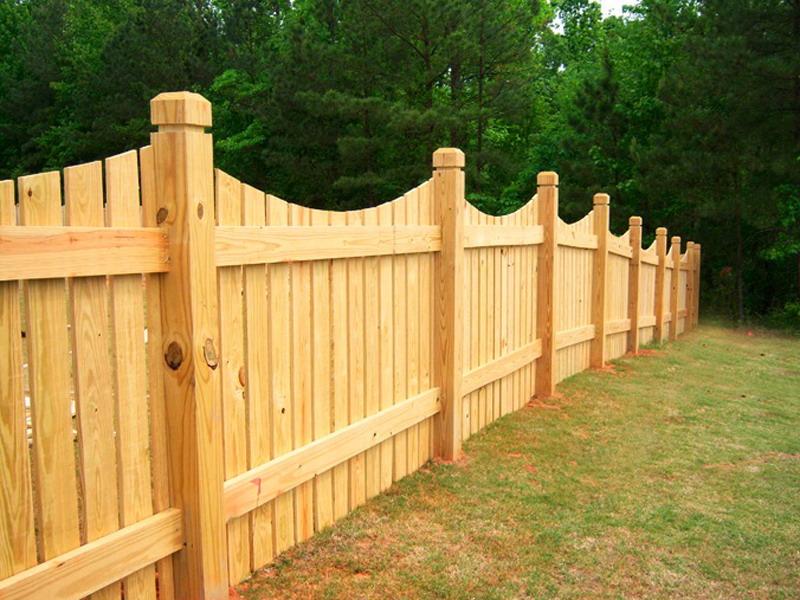 Установленный деревянный забор