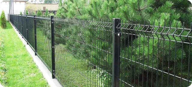 Решетчатый забор, изготовленный из металла