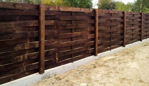 Забор из необрезной доски в виде плетенки
