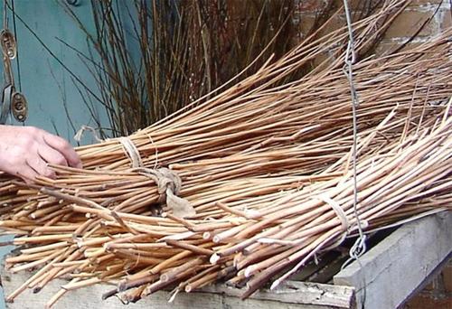На фото представлены правильно заготовленные прутья для забора, готовые к «работе»