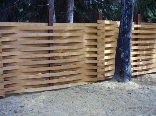 Плетеный забор из доски