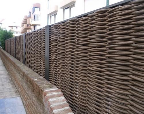 Плетеный забор с металлическими столбами
