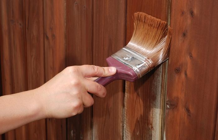 Покраска деревянного забора укрывочным составом