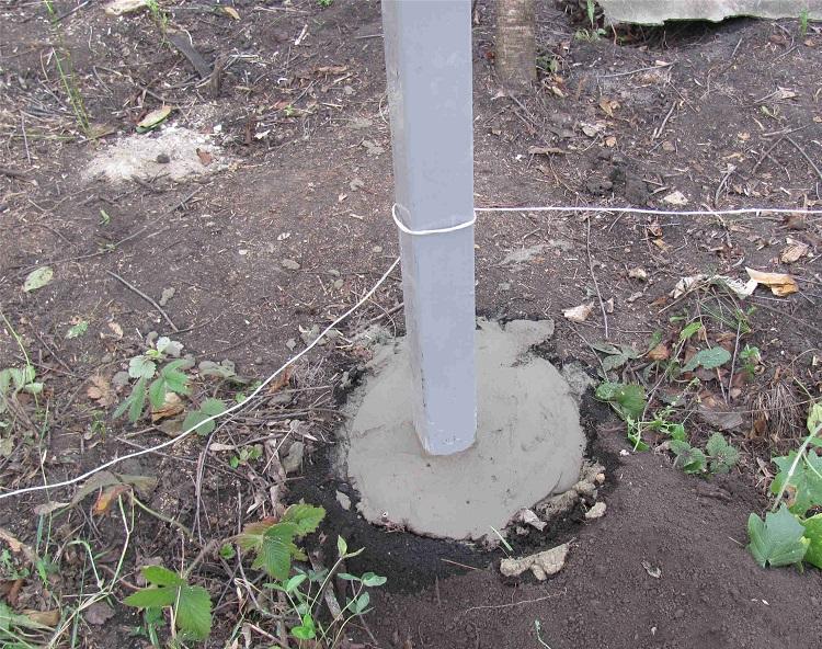 Столб для забора с частичным бетонированием