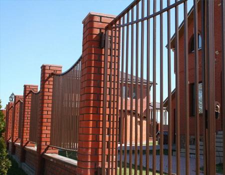Забор из профильной трубы с кирпичными столбами