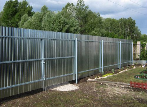 Забор из профлиста с металлическими опорами