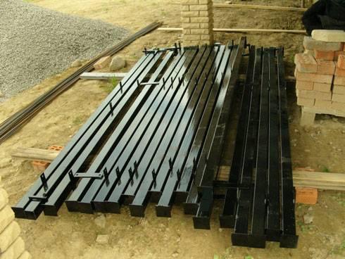 Металлические столбы для забора с квадратным сечением