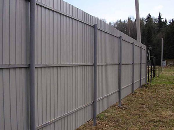 Металлические столбы с забором из профнастила