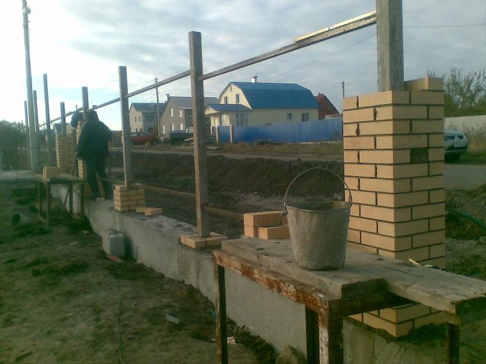 Монтаж кирпичных столбов для установки забора из металлопрофиля