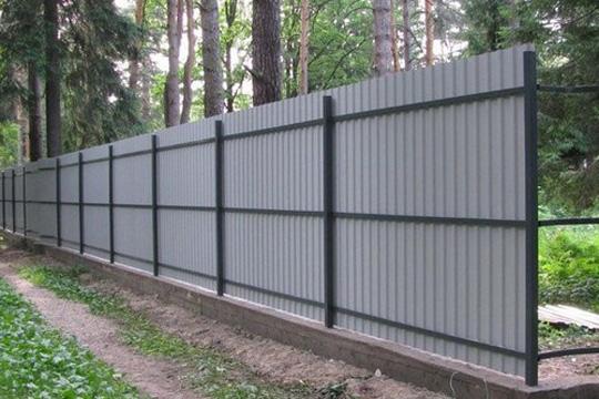 Забор из металлопрофиля - вид изнутри