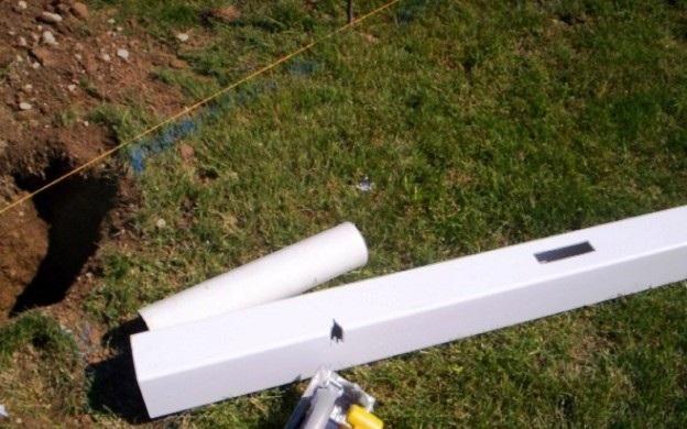 Подготовка к установке столбов для пластикового забора