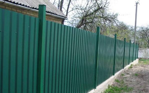 Забор из профнастила с бетонной отмосткой