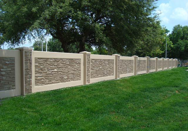 Монолитный декоративный забор из бетона