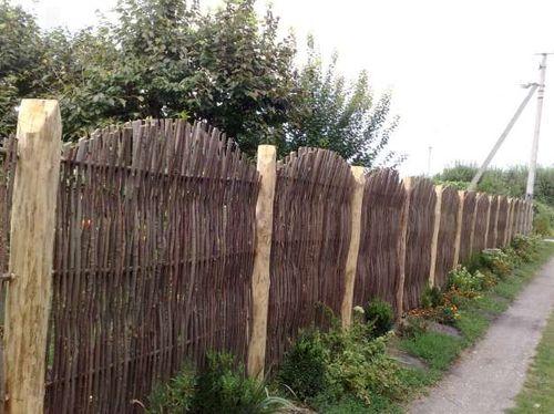 Плетеный забор с деревянными столбами