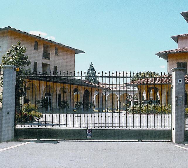 Кованые откатные рельсовые ворота