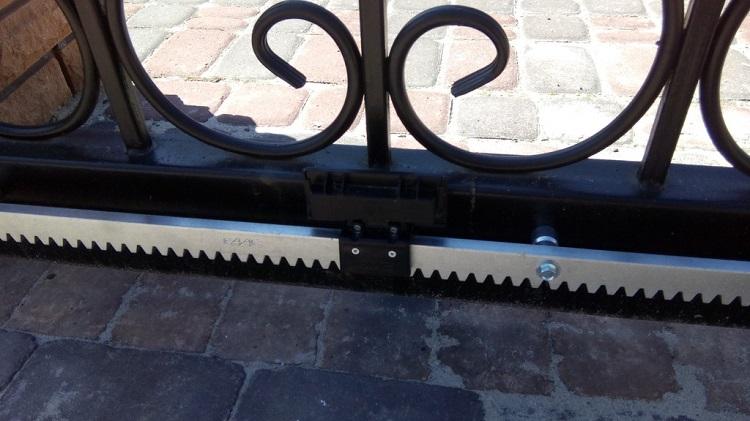 Металлическая зубчатая рейка откатных ворот