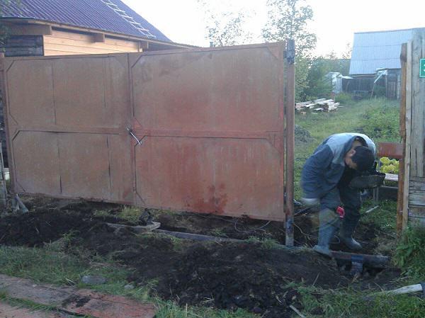 Сварочные работы по установке петель для калитки