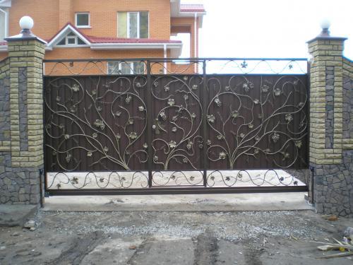 Встроенная калитка на кованых откатных воротах