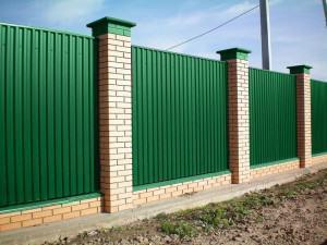 забор из профнастила с кирпичными столбами фото
