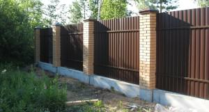 забор из кирпича и профнастила фото