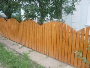 забор из деревянного штакетника фото