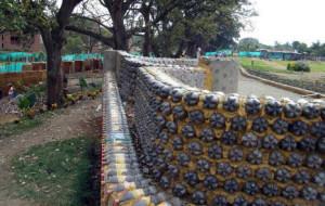 фото забор из пластиковых бутылок