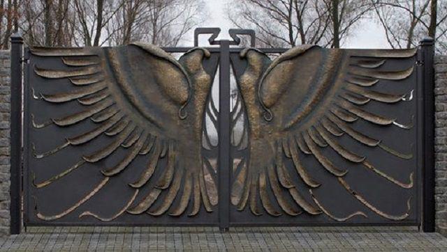 Ворота с коваными фигурами птиц