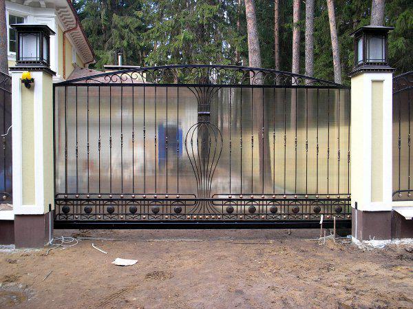 Откатные кованые ворота с поликарбонатом