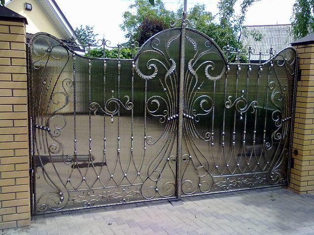 Раздвижные кованые ворота с поликарбонатом