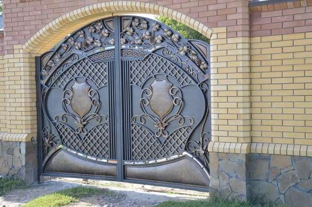 Ворота с  кованым абстрактным геометрическим орнаментом