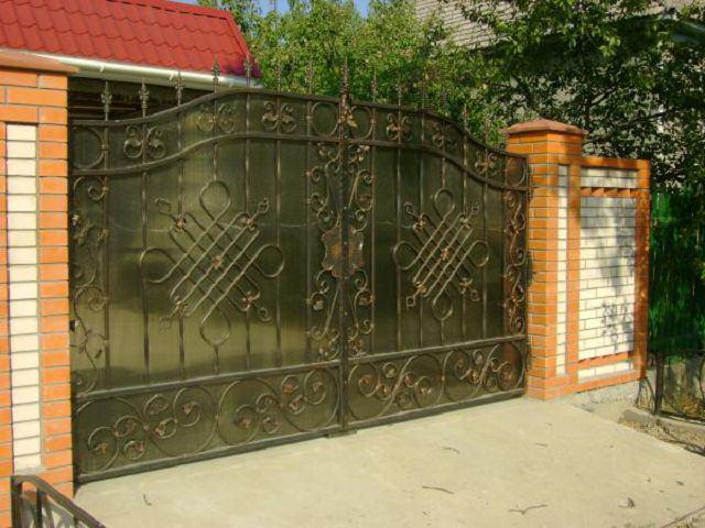 Распашные кованые ворота с поликарбонатом