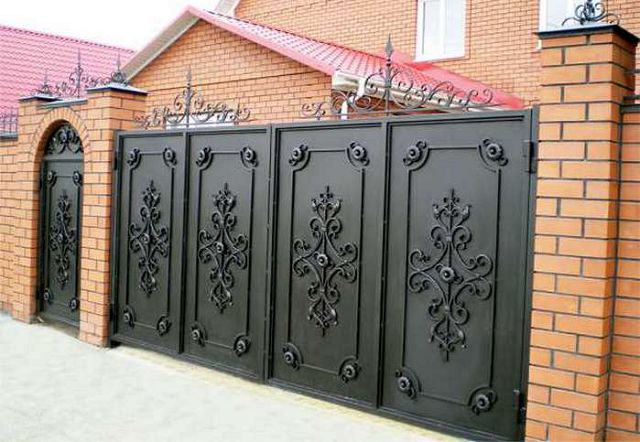 Распашные кованые металлические ворота