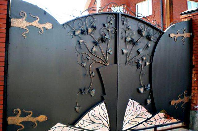 Металлические ворота с коваными петлями